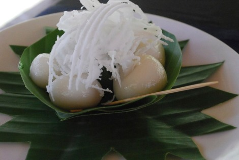 Sweet sticky rice balls with fresh coconut